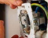 Reparar la fijación de la base de un enchufe