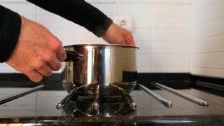 Cómo colocar un salva encimera de cocina