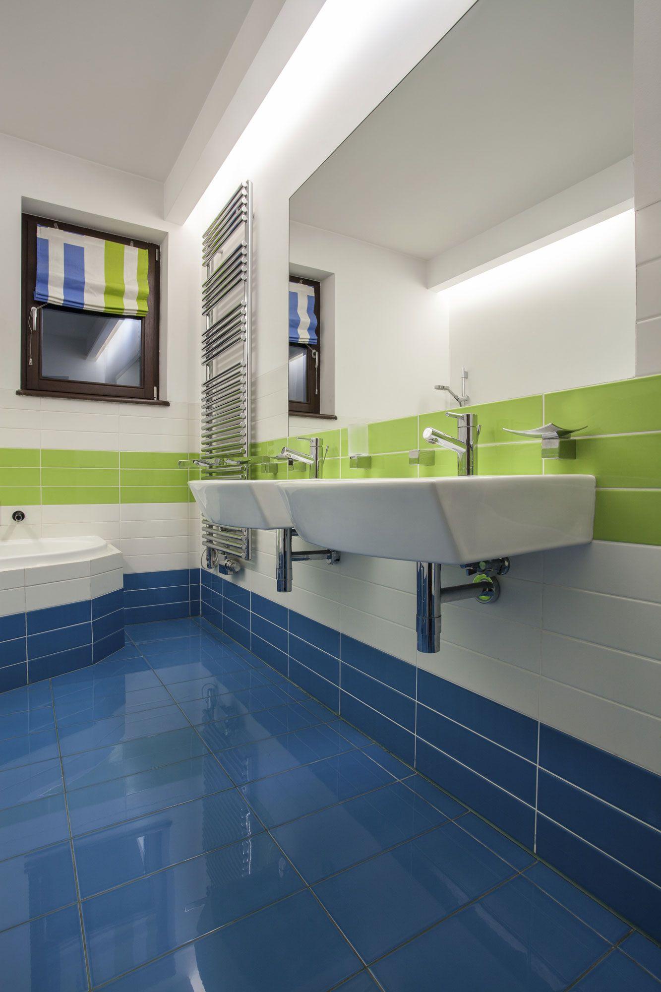 Decoración de baño en verde y azul