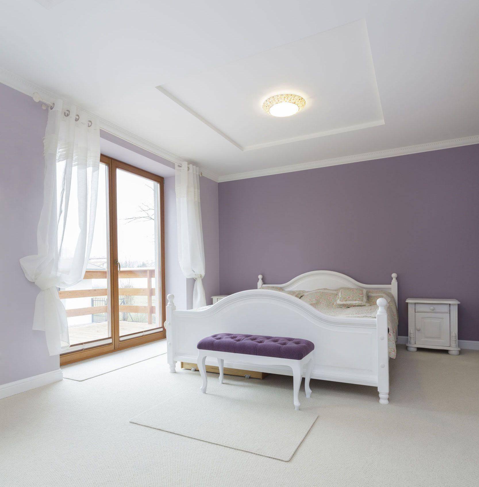 Dormitorio luminoso y amplio en blanco y morado hogarmania for Dormitorios color blanco
