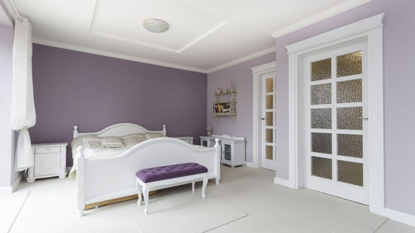 dormitorio luminoso y amplio en blanco y morado