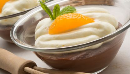 Cremoso de chocolate con merengue de naranja