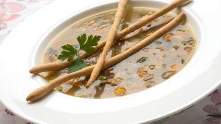 Sopa de verduras de temporada con flautas crujientes