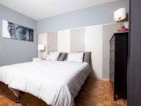 Dormitorio elegante y acogedor
