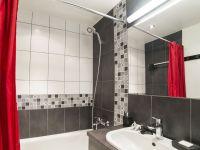Decorar el baño en rojo y gris