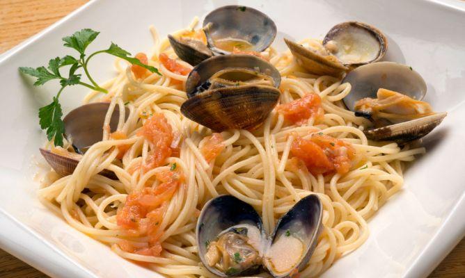 Receta de espaguetis con almejas karlos argui ano - Espaguetis con almejas ...