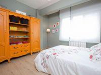 Dormitorio elegante en gris y naranja