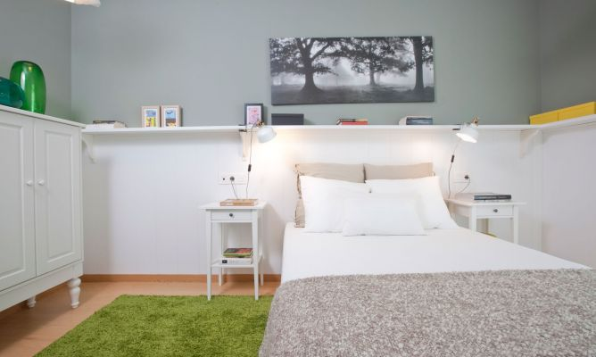 Dormitorio de pareja fresco y elegante decogarden Paredes con friso