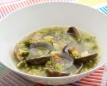 sopa de brócoli con almejas