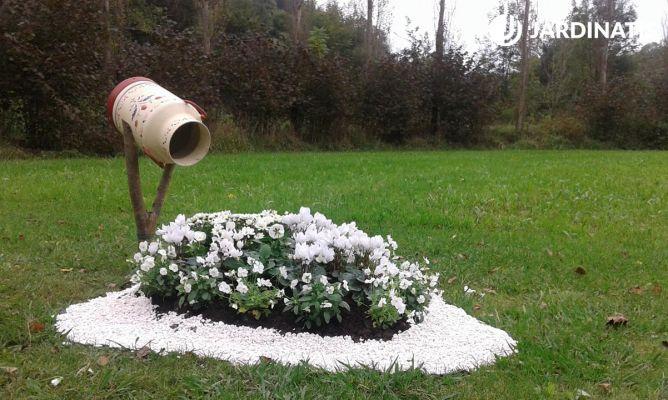 Decoraci n de jard n con plantas de flores blancas y for Adornos para parques y jardines