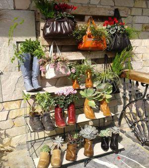 Reutilizar botas y bolsos como tiestos