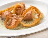 Salmón con salsa de berros y aros de cebolla