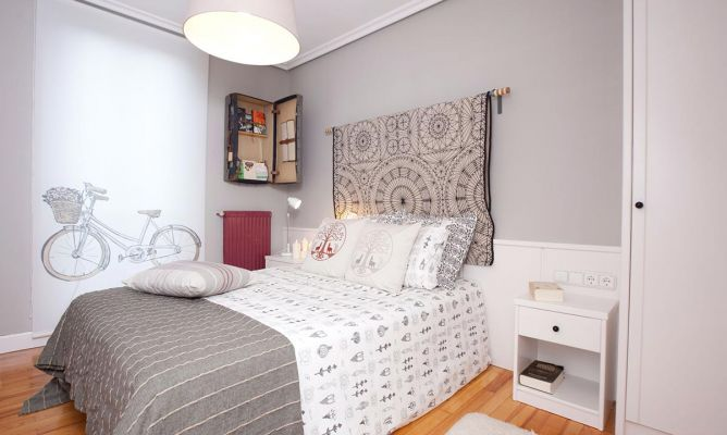 Dormitorio bohemio en gris decogarden for Color de cortina con pared blanca