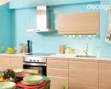 Cocina luminosa en azul y verde