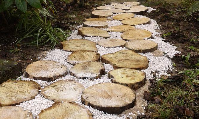 Camino de jard n con c rculos de madera bricoman a for Baldosas para jardin baratas