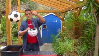 Reutilizar balones como maceteros - Paso 4