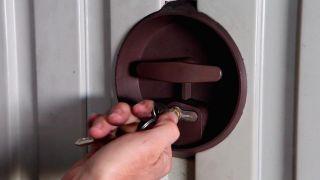 Cambiar bombín de puerta de garaje