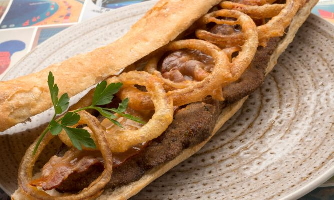Receta de h gado con tocineta y aros de cebolla entre pan for Cocinar higado