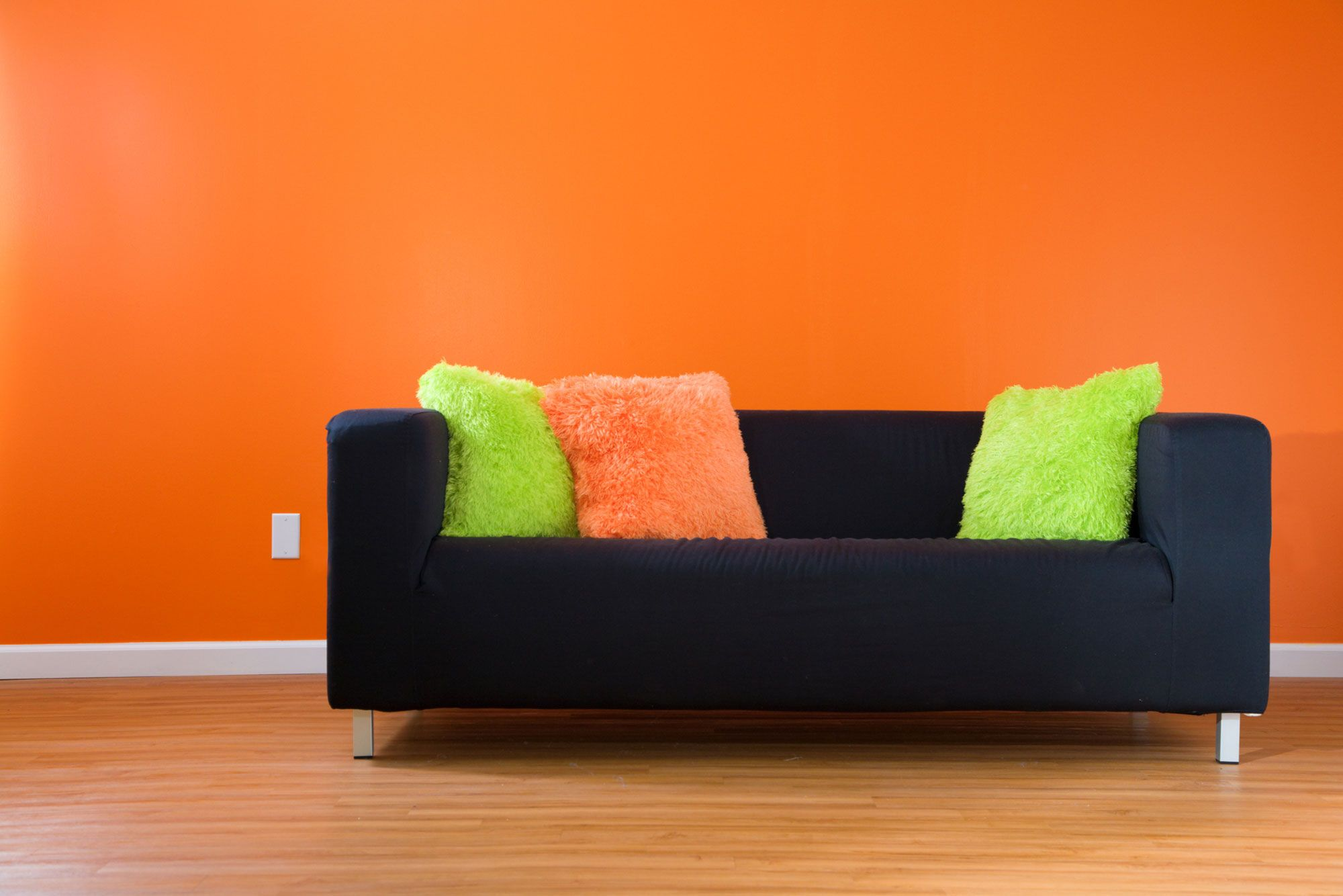 C mo combinar un sof negro hogarmania for Colores para paredes 2017