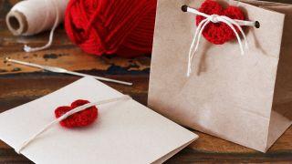 Corazones de crochet para adornar regalos de San Valentín