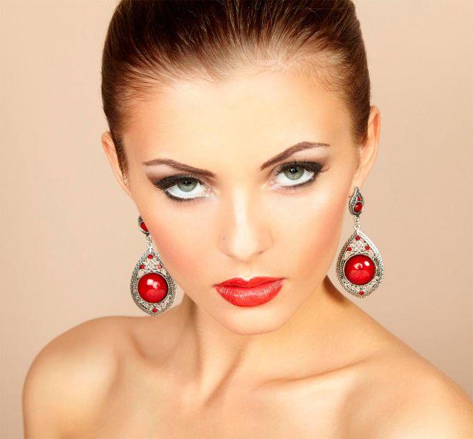 combinar pendientes y maquillaje labios