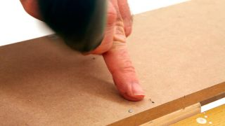 Embutir clavos en madera