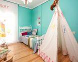 Dormitorio infantil ordenado y colorido