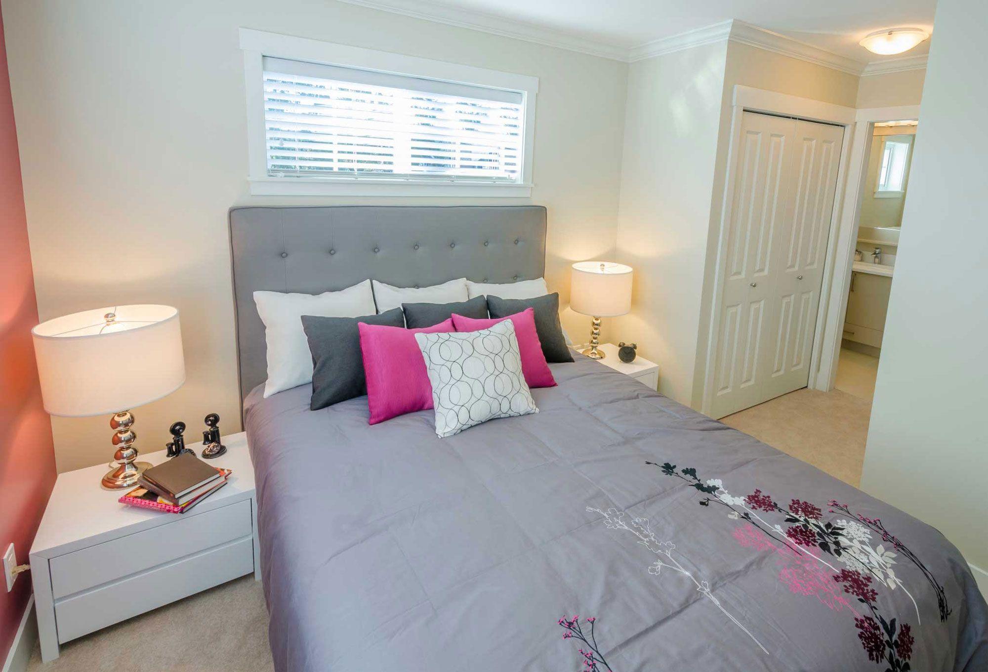 Dormitorio femenino en rosa, gris y blanco