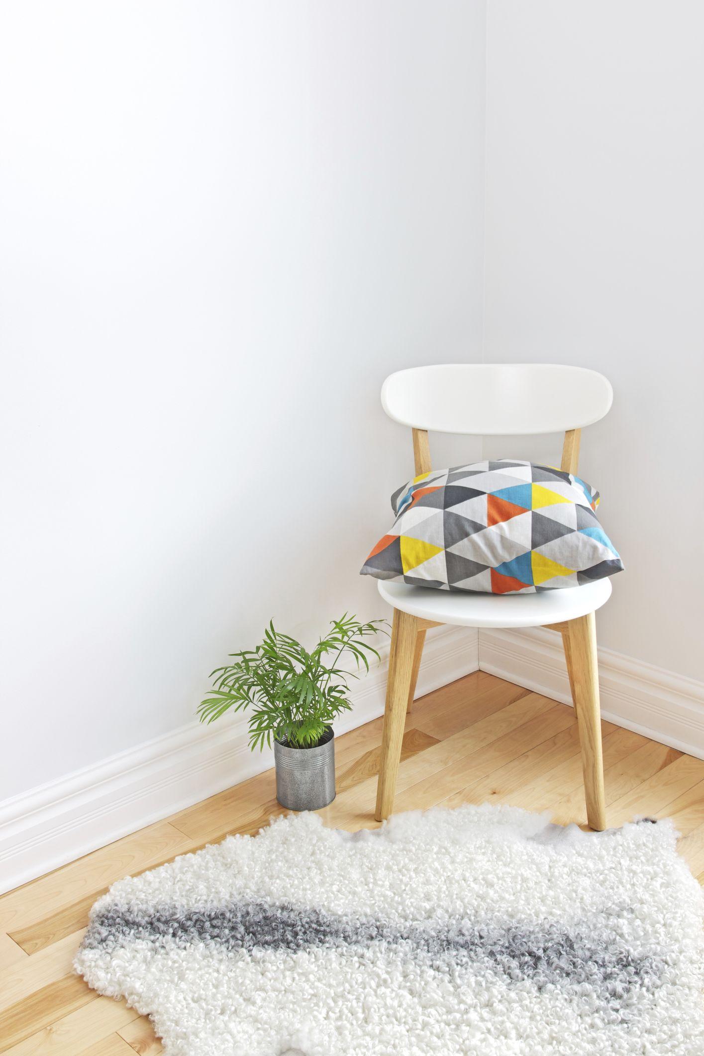 Reutilizar una silla como mesilla de noche
