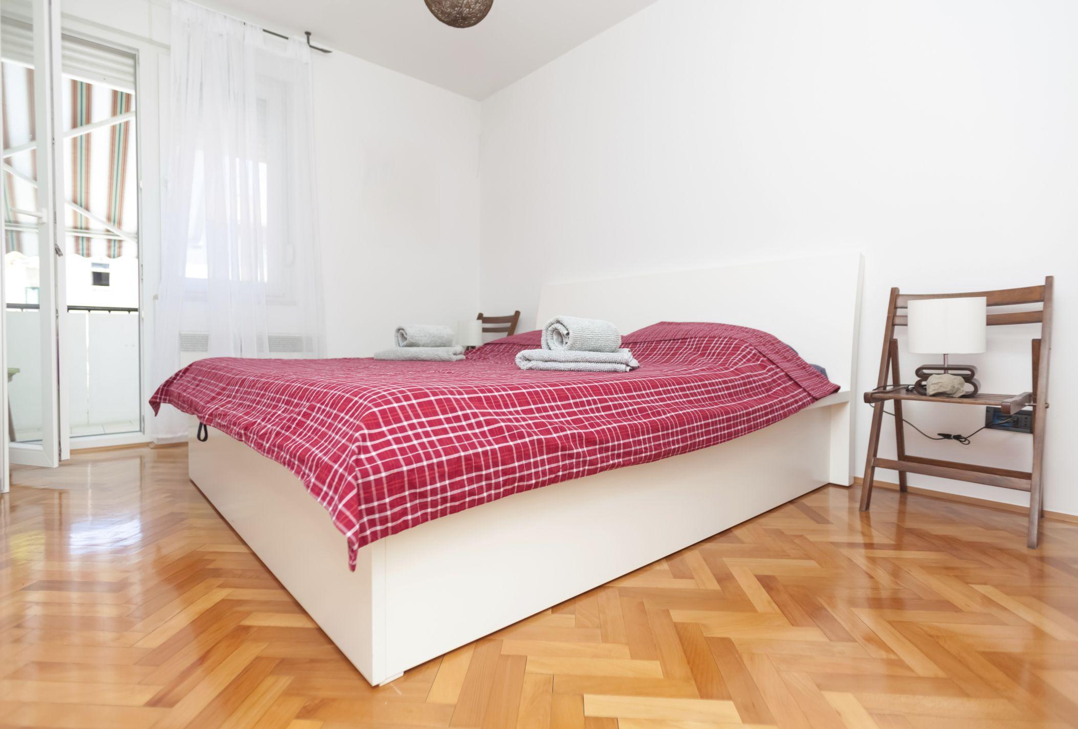 Reutilizar una silla como mesilla de noche hogarmania for Mesillas de habitacion