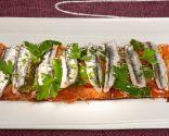 Tosta de tomate, pimientos del Padrón y anchoas