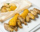 Alitas de pollo con maíz y su guarnición