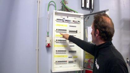 Instalaci n del cortac sped autom tico bricoman a - Instalacion electrica superficie ...