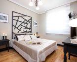 Dormitorio elegante con cabecero vanguardista