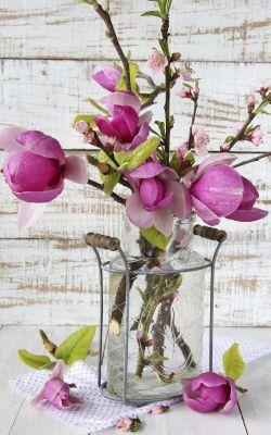 Composición floral con magnolias