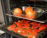 Paso 2: Hornear los pimientos y los tomates