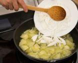 Paso 1: Freír las patatas y las cebolletas