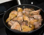 Paso 1: Dorar el pollo y el conejo