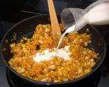 Paso 2: Añadir harina y leche y hacer la bechamel