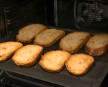 Paso 1: Cortar y tostar el pan