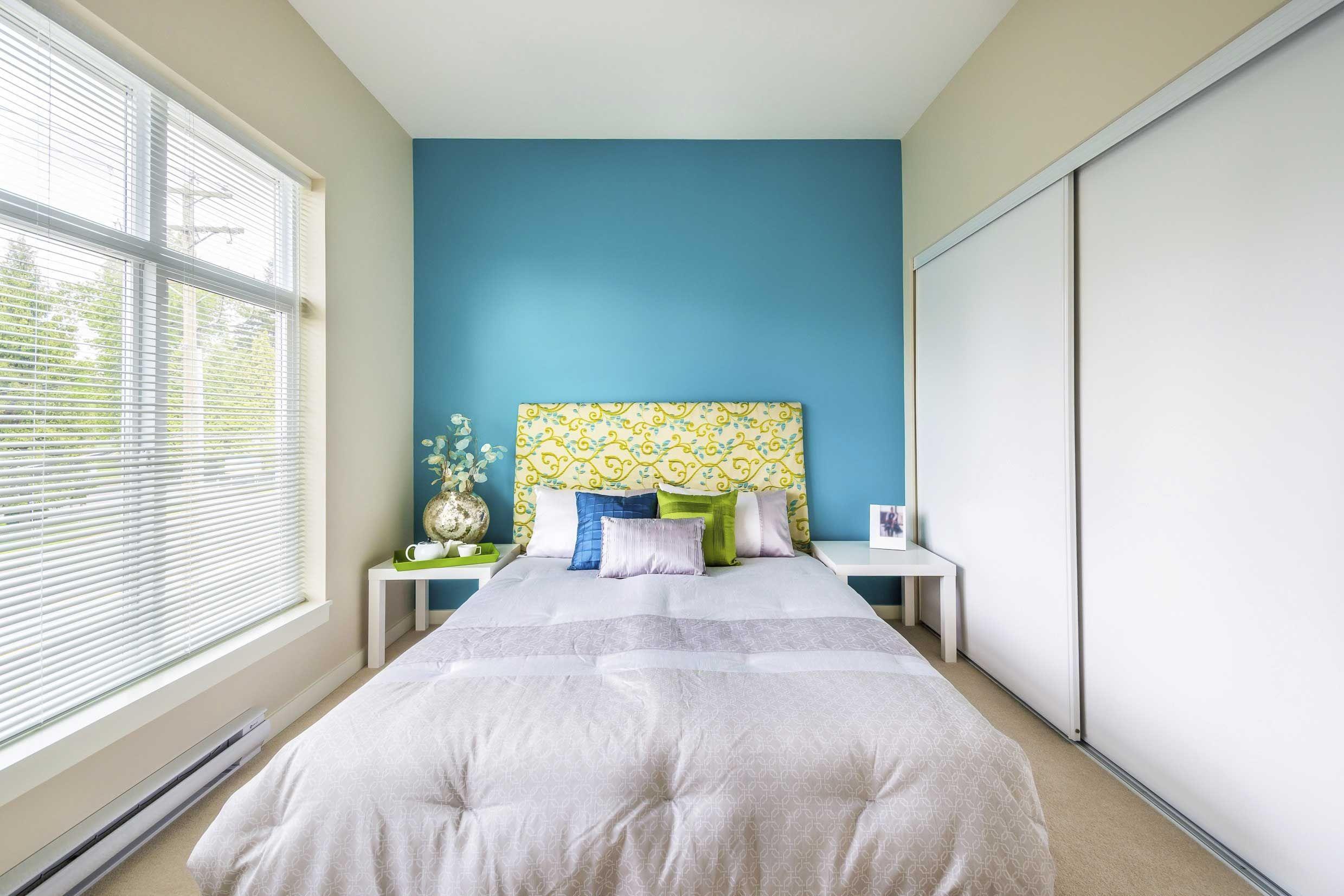 Decoración frontal de cama en azul y verde pistacho