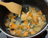 Paso 1: Pochar los ajos, la cebolla y la zanahoria