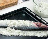 Paso 2: Cubrir la lubina con sal y hornear