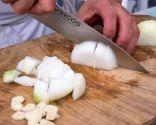 Paso 1: Picar las cebollas y los ajos