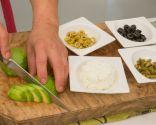 Paso 3: Picar las aceitunas, los pepinillos y el aguacate