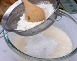 Paso 3: Agregar el queso, el aroma de coco y la harina