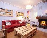 Sala cálida y acogedora con chimenea