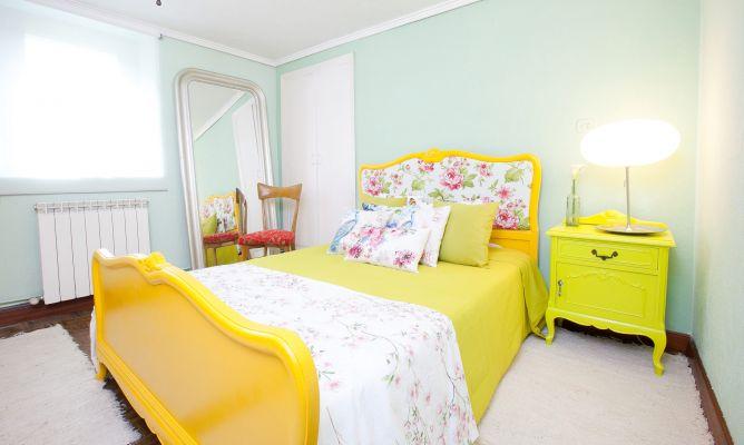 Dormitorio primaveral con colores alegres