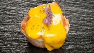 Tartaletas de salmón con salsa holandesa