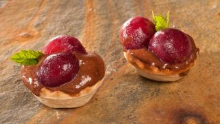 Tartaletas de mousse de chocolate con cereza
